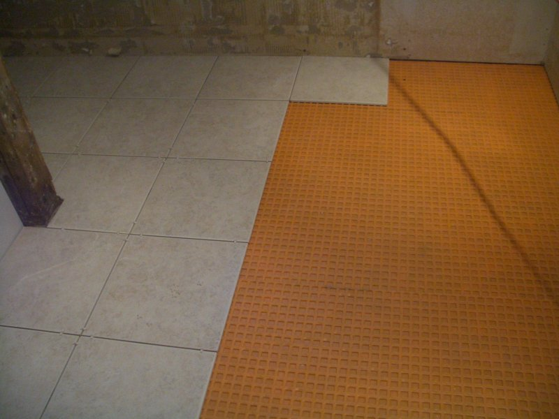 Best Underlayment For Bathroom Tile Floor : Small porcelain bath floor